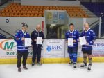 1 Coventry Blaze Players receiving their first aid certificates from MTC